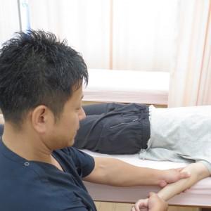 腕を持って骨盤股関節を緩めています