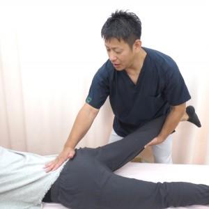 脚を持って行う治療風景